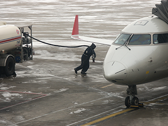 fueling airplane in cold weather